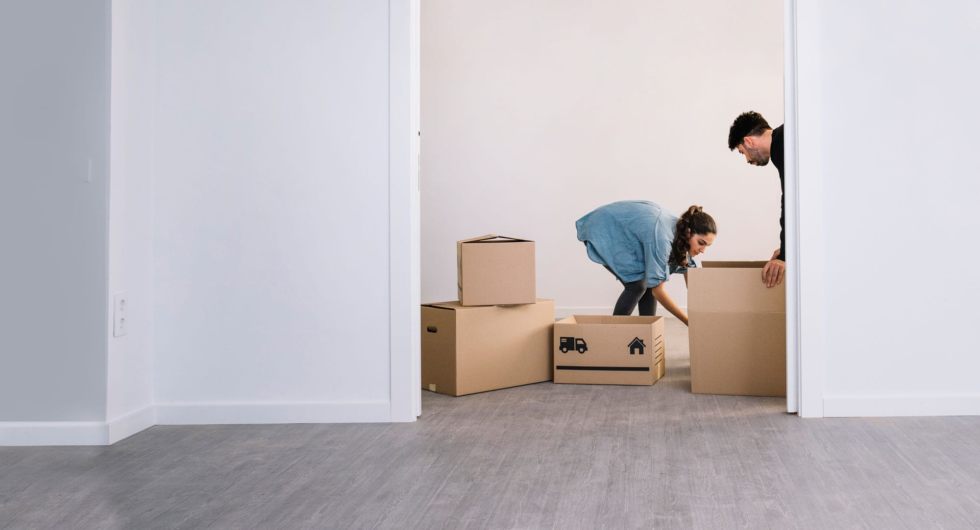 End-of-Lease-Cleaning-Service-Couple-moving-box